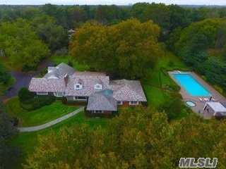 Photo of home for sale at 34 Bacon Rd, Old Westbury NY