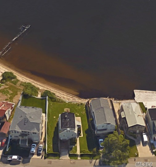 Photo of home for sale at 53 Yacht Club Rd, Babylon NY