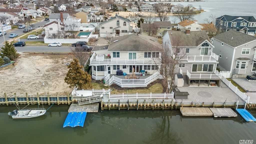Photo of home for sale at 20 Division Ave, Massapequa NY