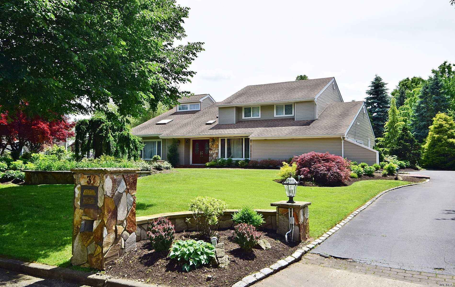 Photo of home for sale at 3 Cabriolet Ln, Melville NY