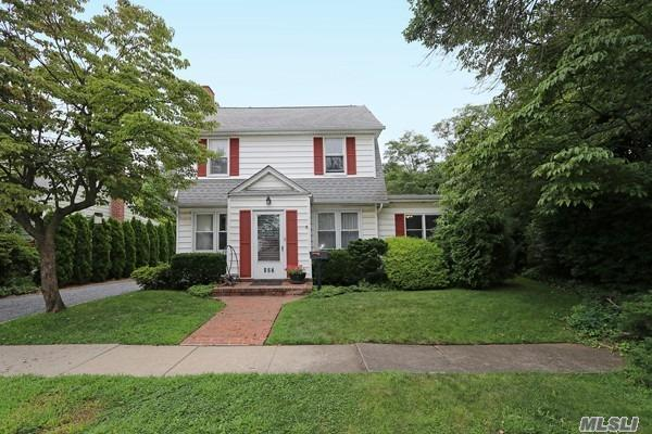 Photo of home for sale at 127 Funston Ave, Albertson NY