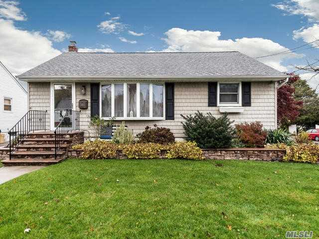 Photo of home for sale at 80 Kuhl Ave, Hicksville NY