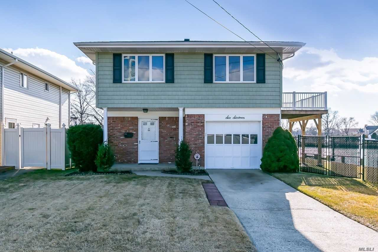 Photo of home for sale at 616 Arlington Ave, Baldwin NY