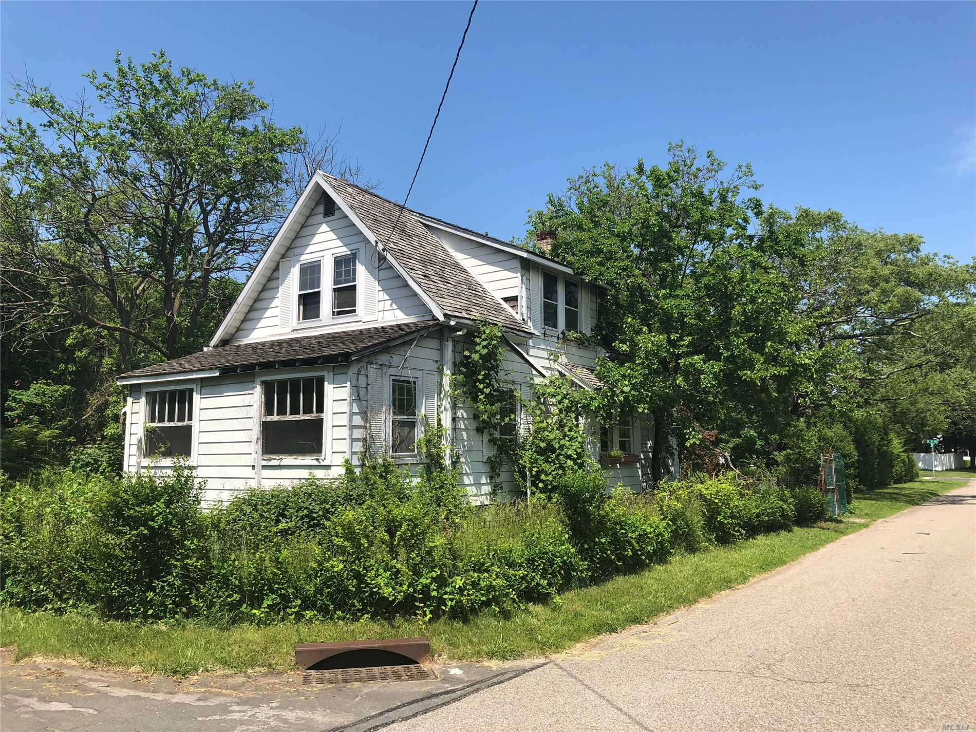 Photo of home for sale at 35 Weston Ave, Deer Park NY