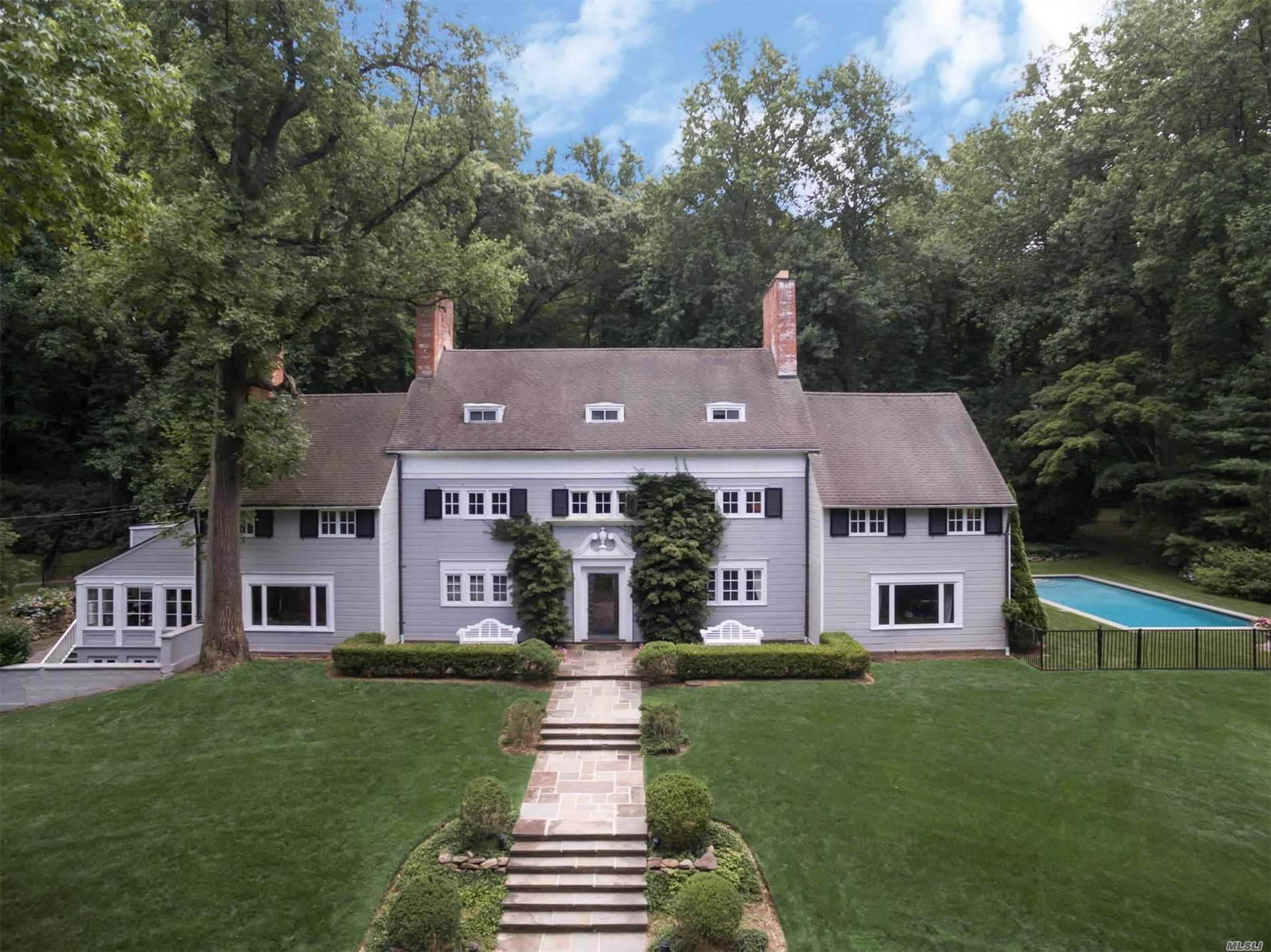 Photo of home for sale at 25 Old Tappan Rd, Lattingtown NY