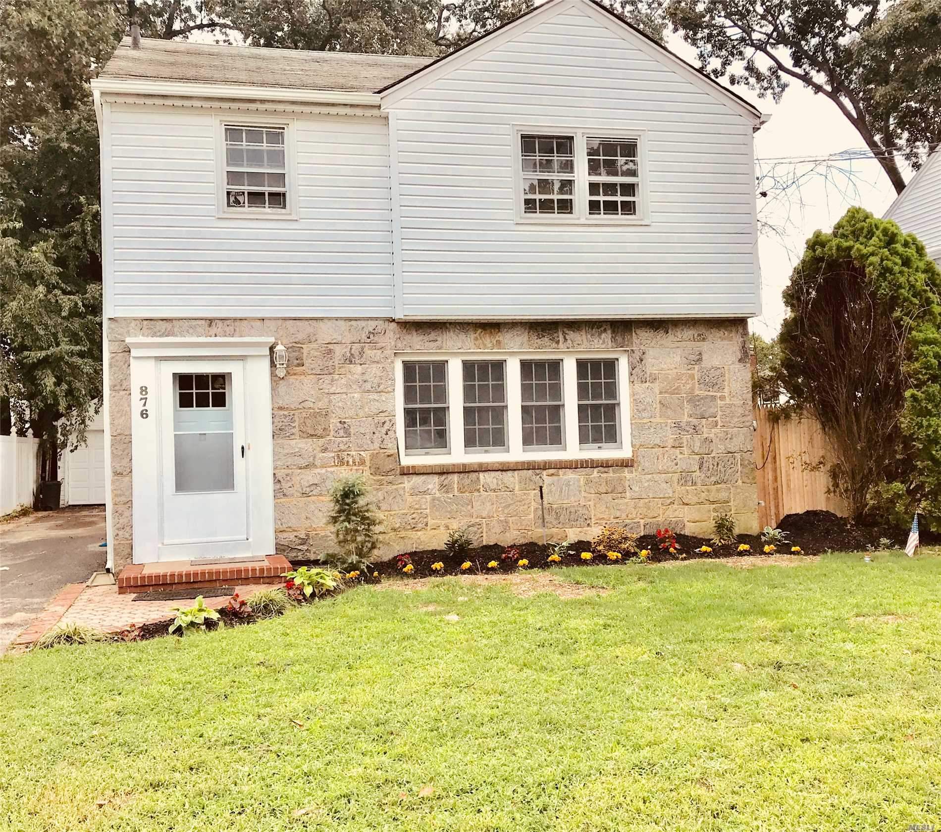 Photo of home for sale at 876 Barth Dr, North Baldwin NY