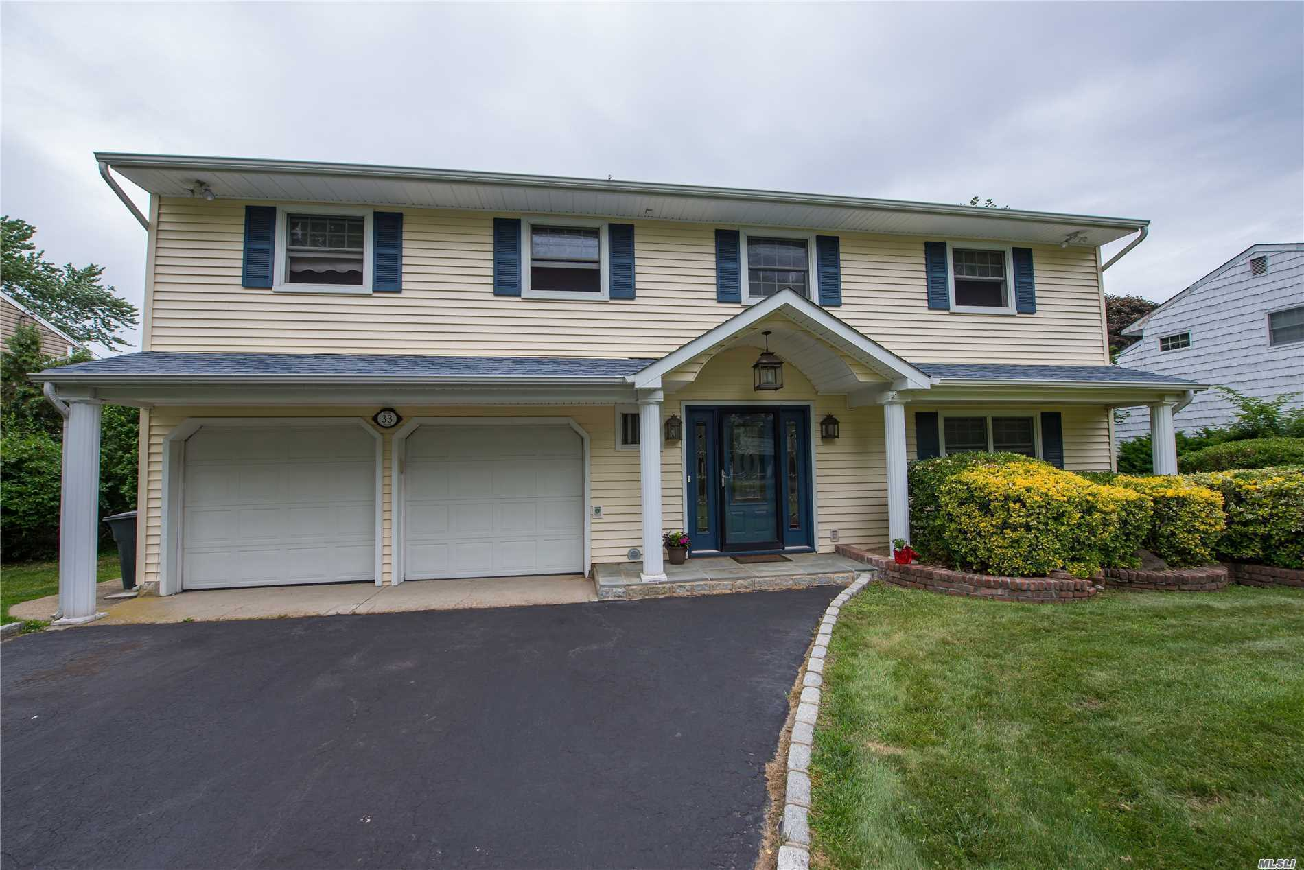 Photo of home for sale at 33 Sioux Dr, Commack NY