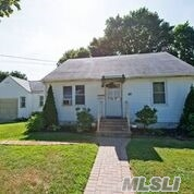 Photo of home for sale at 115 13Th St E, Huntington Sta NY