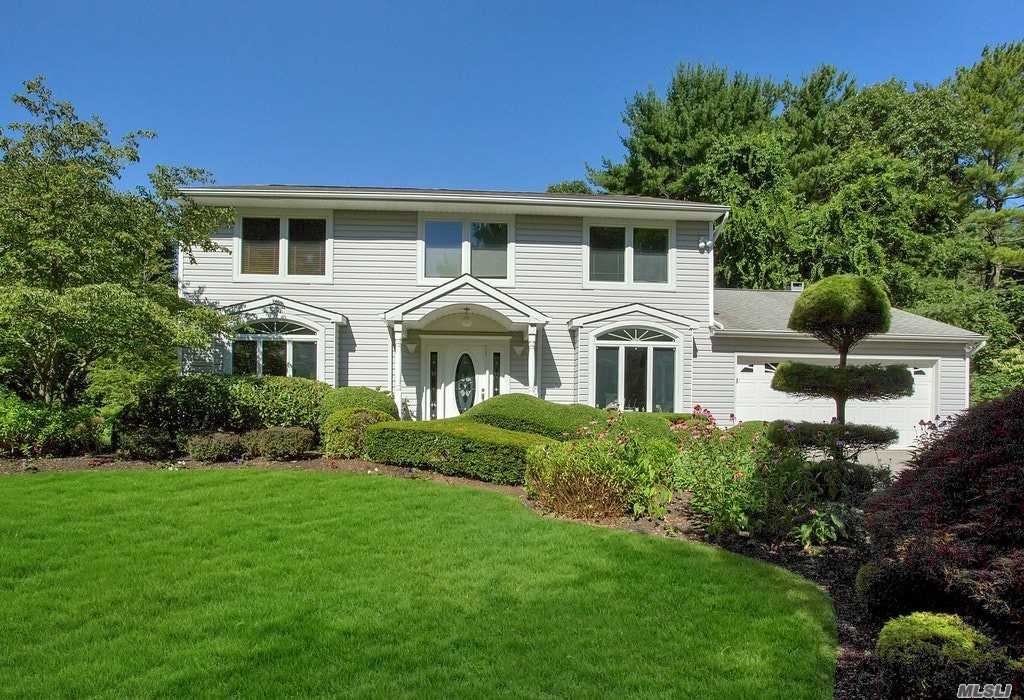 Photo of home for sale at 35 Hunting Hill Dr, Dix Hills NY