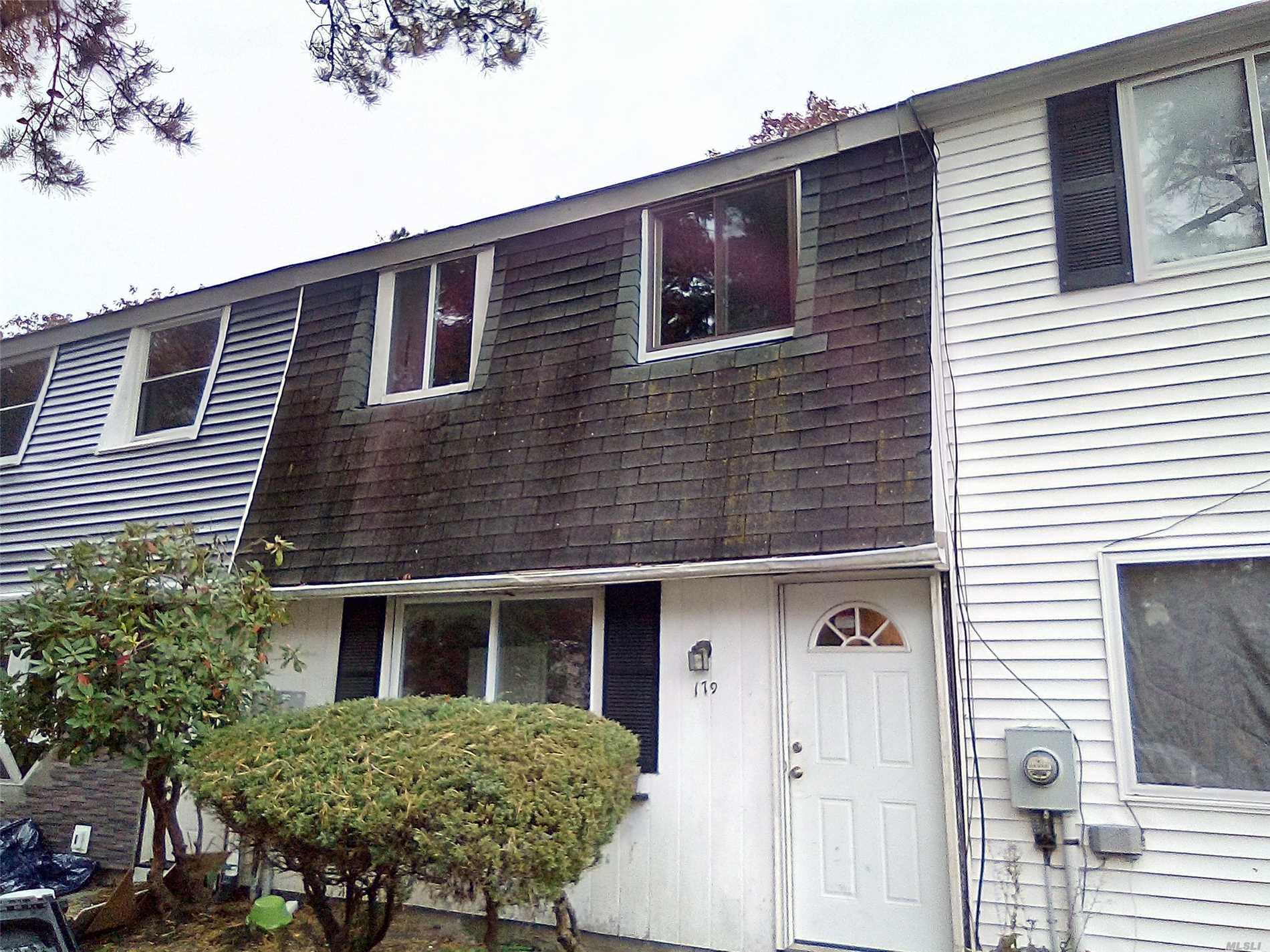 Photo of home for sale at 179 Hill Cir, Calverton NY