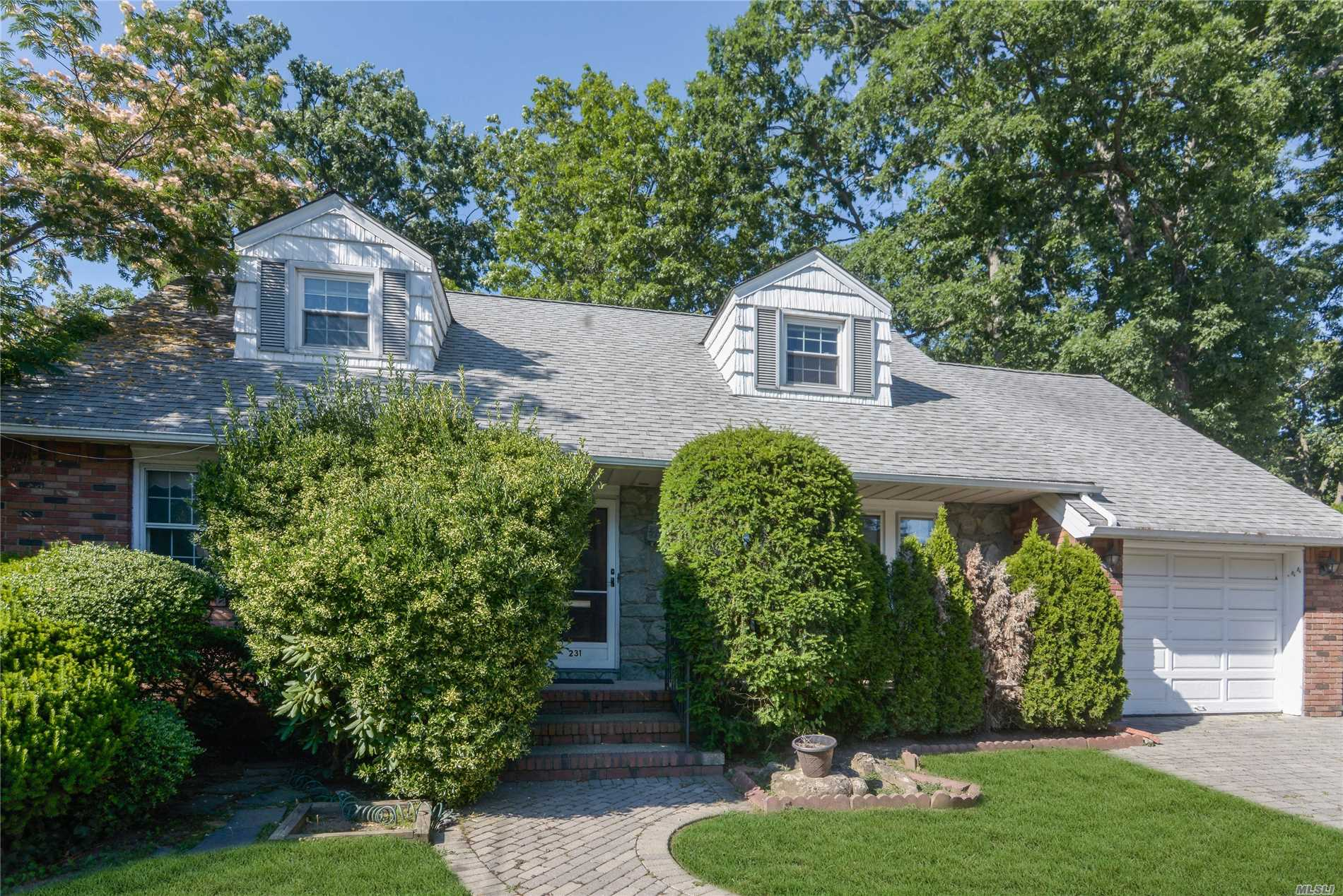 Photo of home for sale at 231 East Euclid St, Valley Stream NY