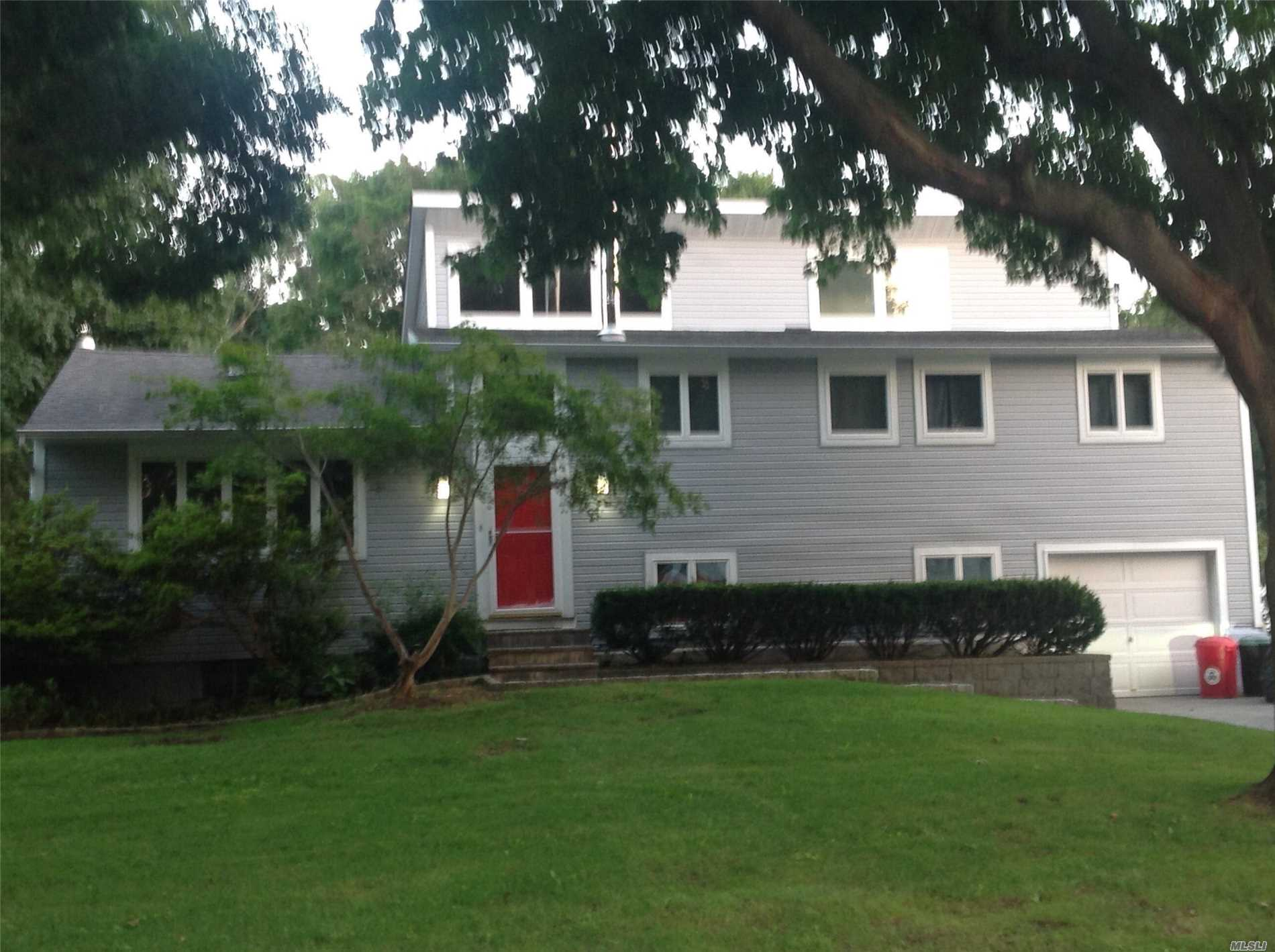 Photo of home for sale at 25 Branch Ln, East Setauket NY