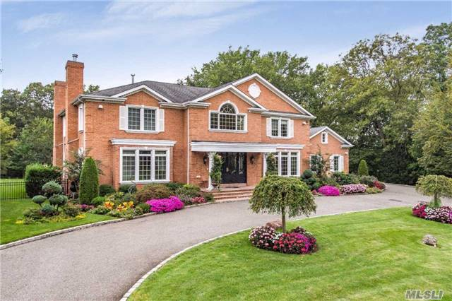 Photo of home for sale at 152 Woodhollow Rd, East Hills NY