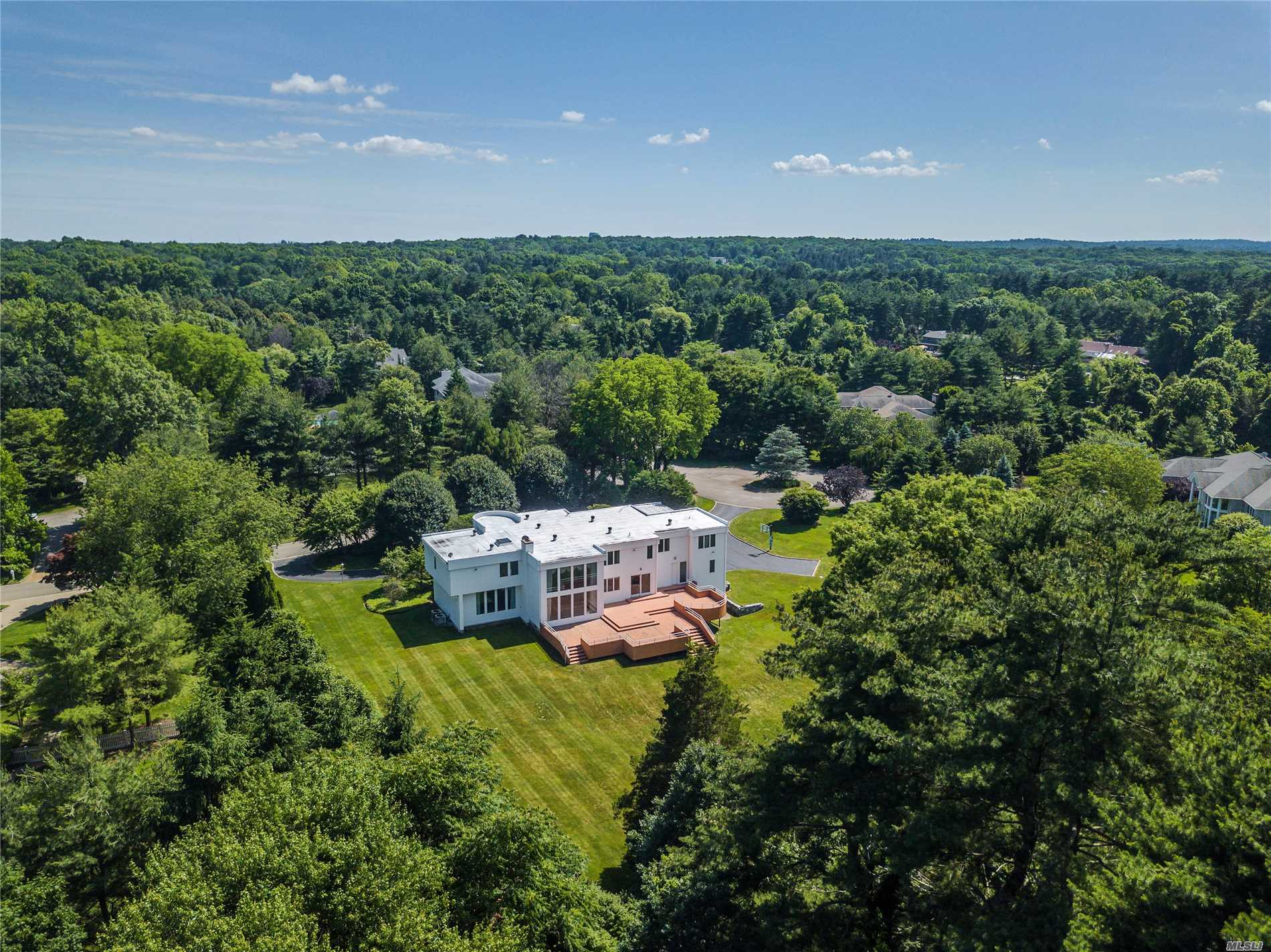 Photo of home for sale at 30 Pleasant Ln, Oyster Bay Cove NY