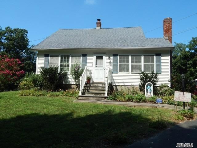 Photo of home for sale at 261 Rocky Pt Ldg Rd, Rocky Point NY