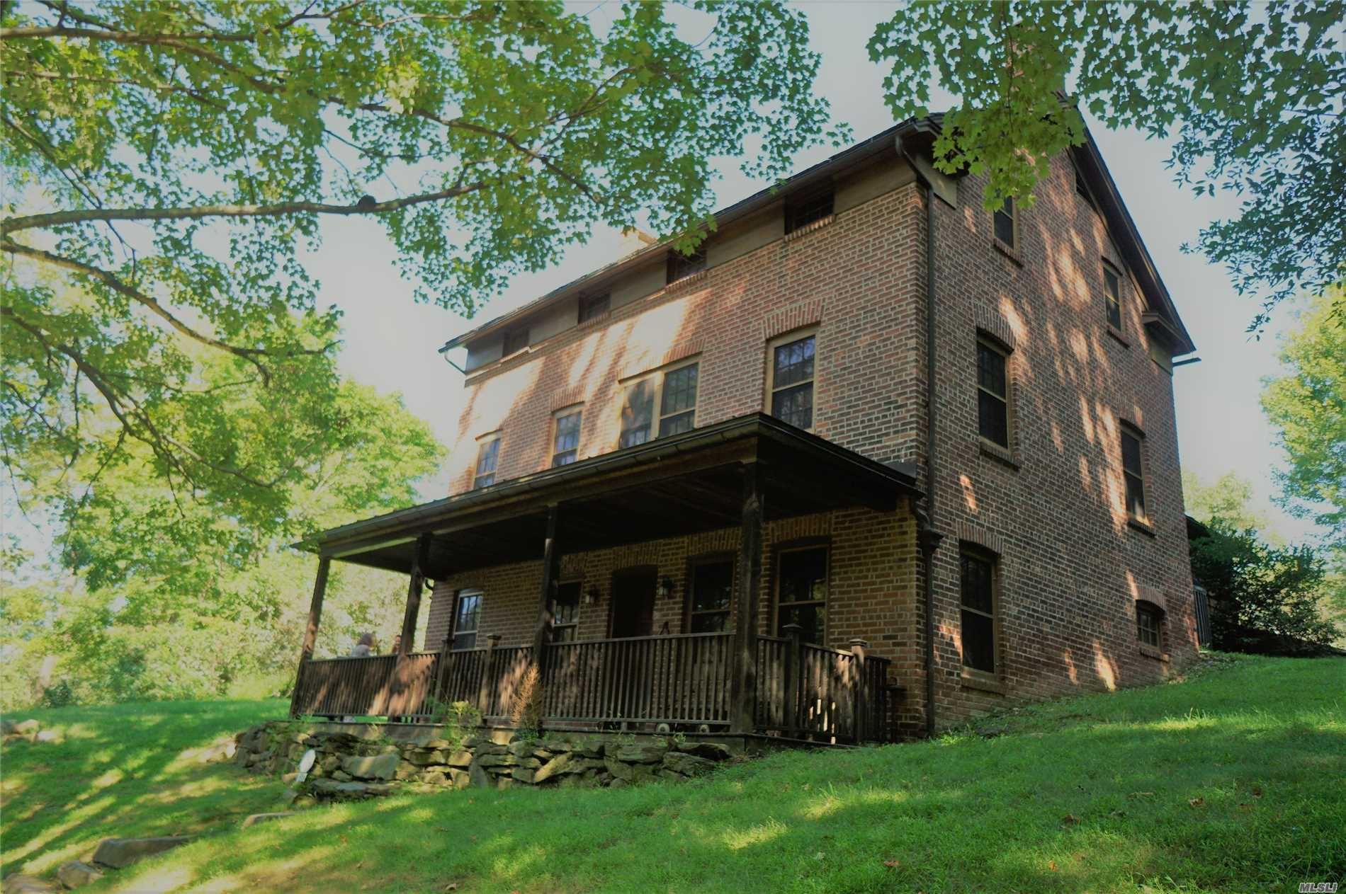 Photo of home for sale at 220 Mt. Airy Rd W, Croton-On-Hudson NY