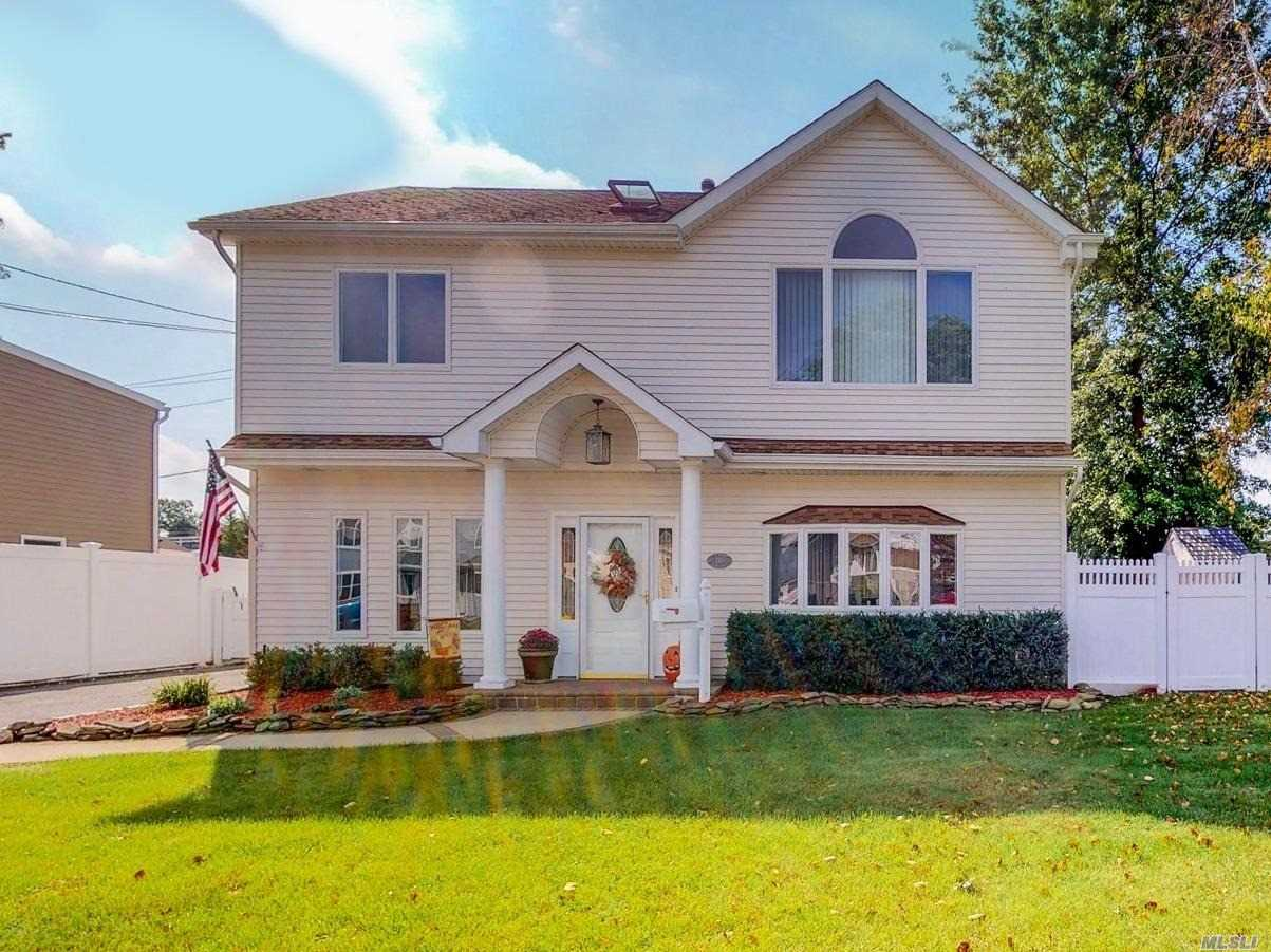 Photo of home for sale at 110 Beverly Ave, Massapequa Park NY
