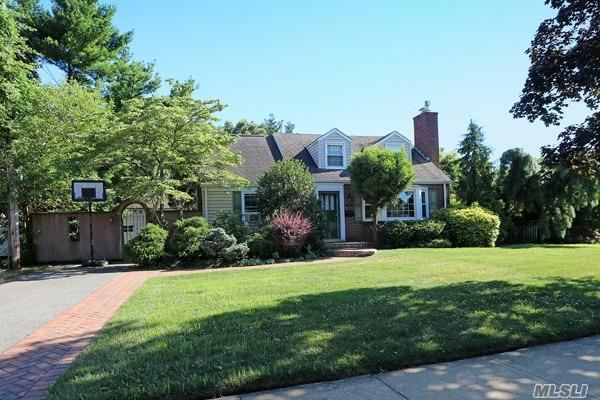 Photo of home for sale at 27 Surrey Dr, Merrick NY