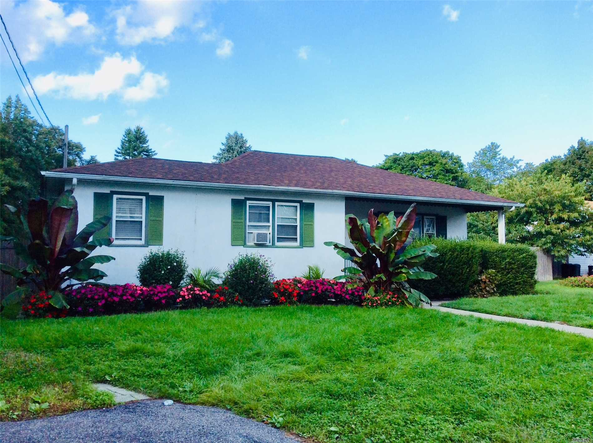 Photo of home for sale at 89 Babylon St, Islip Terrace NY
