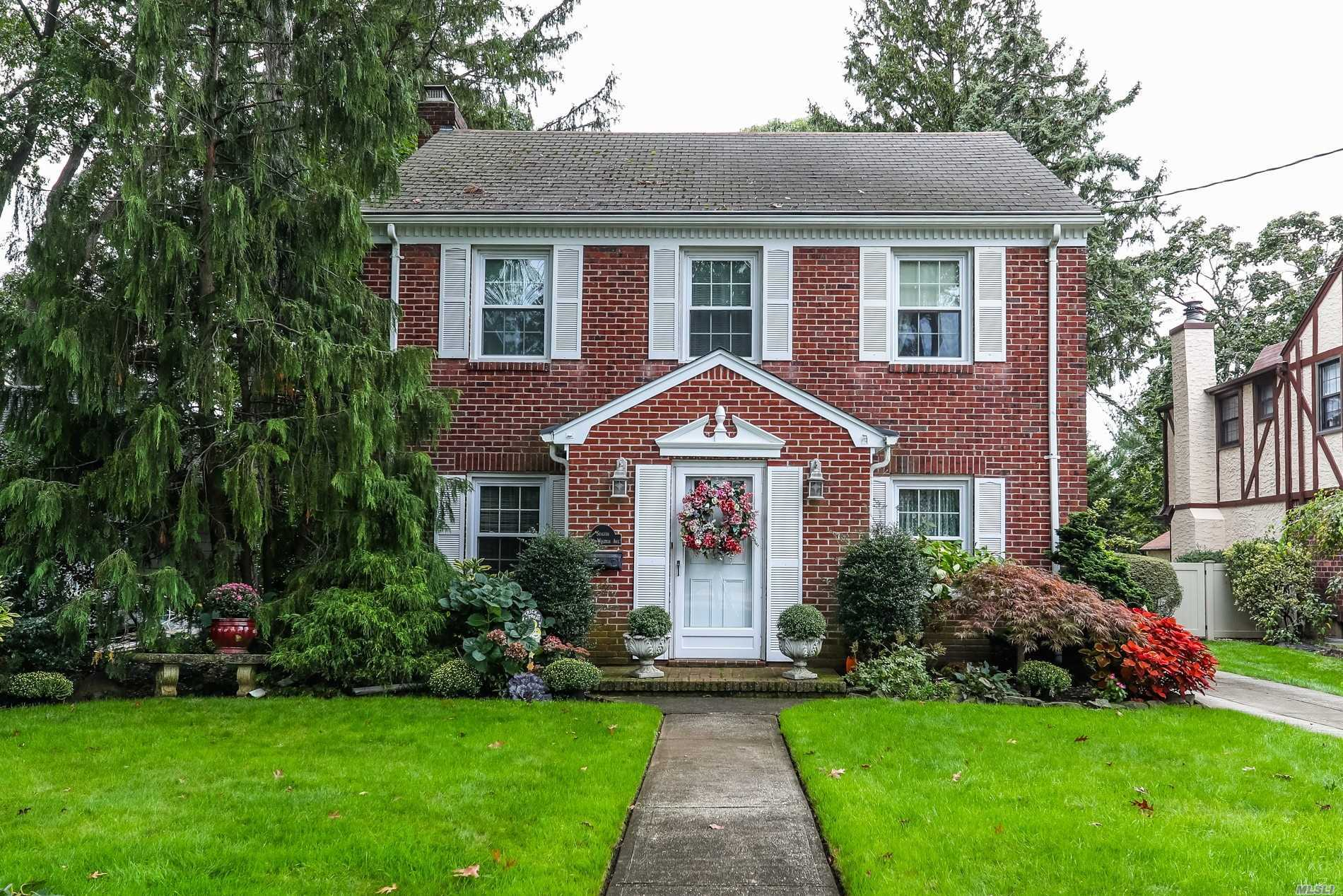 Photo of home for sale at 236 Windsor Ave, Rockville Centre NY