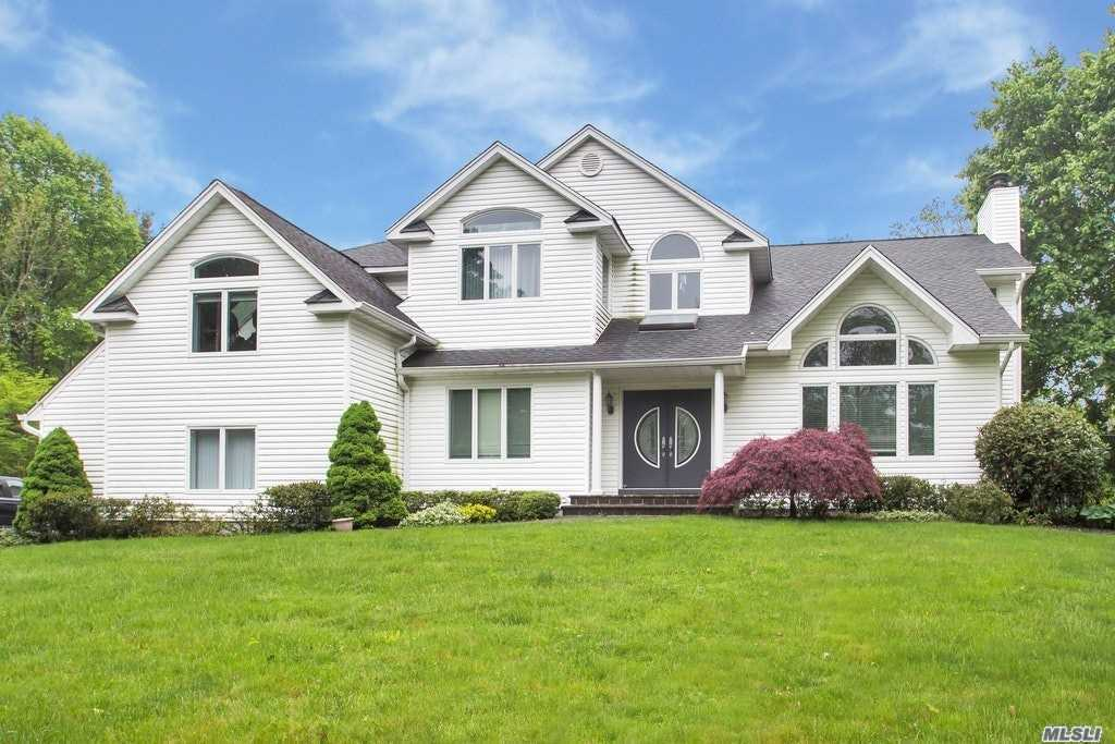 Photo of home for sale at 496 Wolf Hill Rd, Dix Hills NY