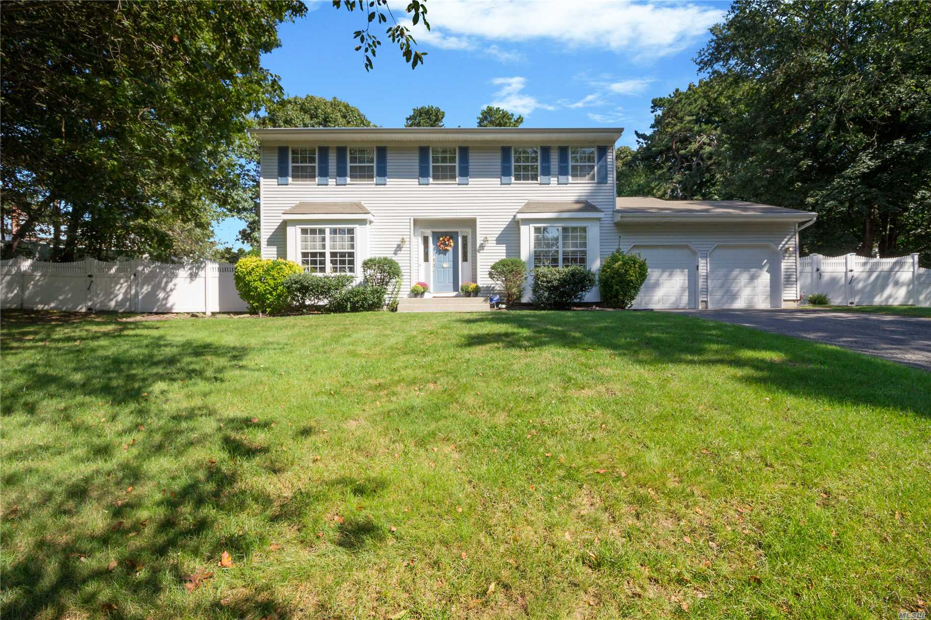 Photo of home for sale at 9 Pia Ct, Hauppauge NY