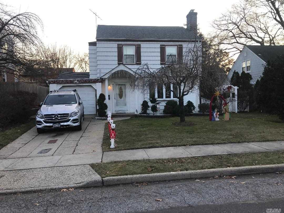 Photo of home for sale at 917 Cleveland St, West Hempstead NY
