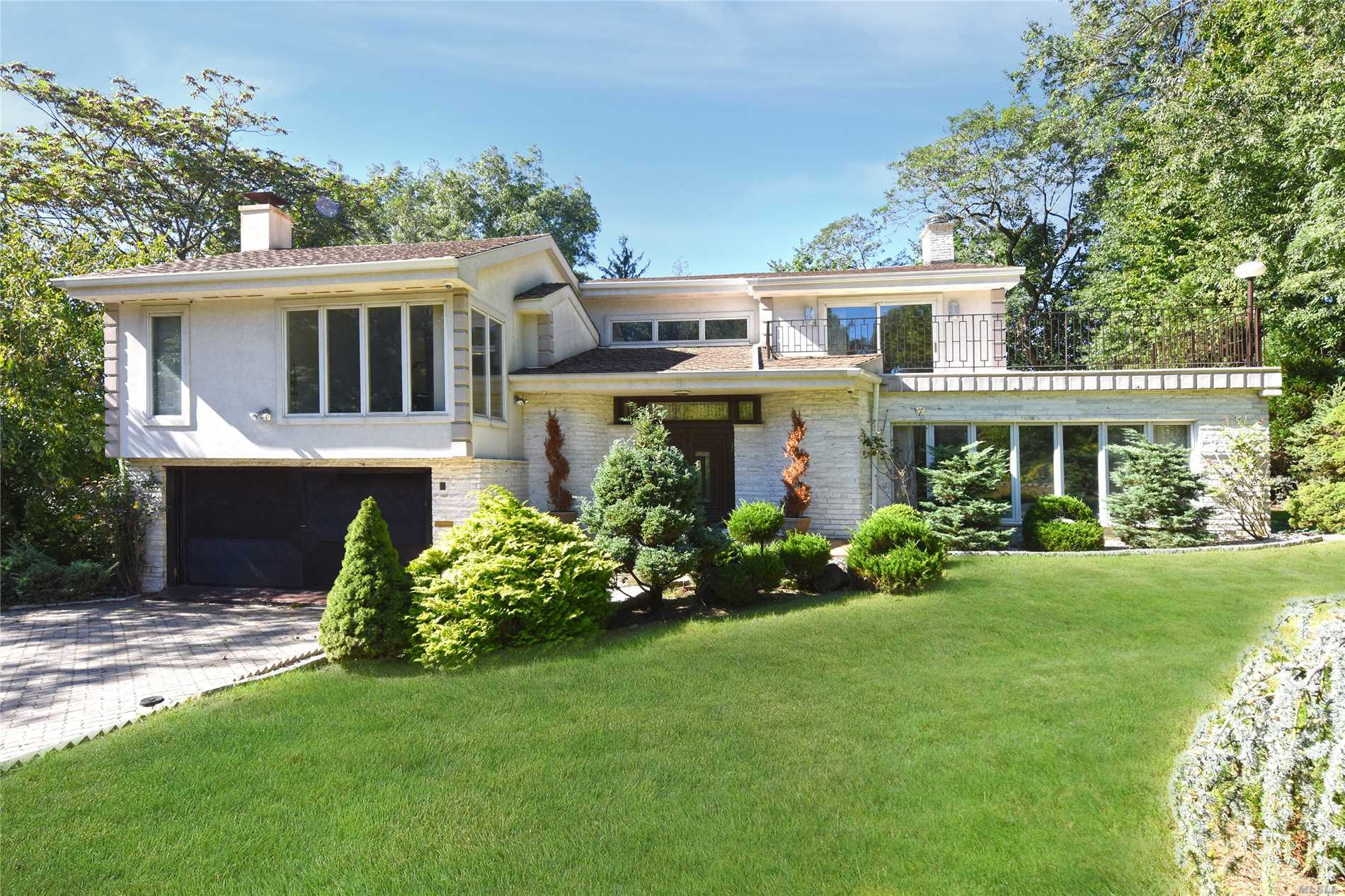 Photo of home for sale at 8 Laurel Dr, Great Neck NY