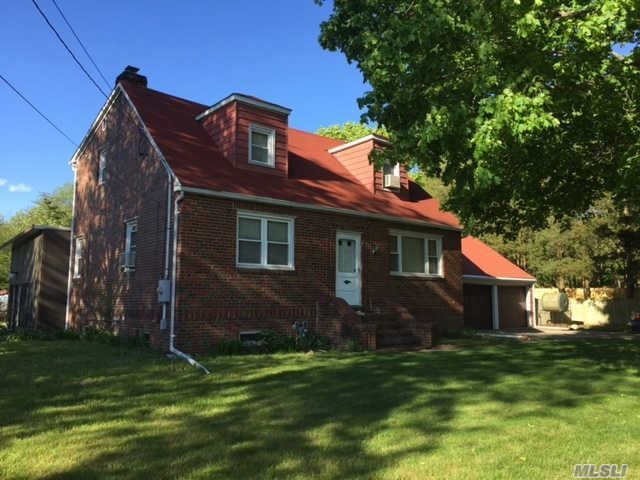 Photo of home for sale at 207 Little Plains Rd, Huntington NY