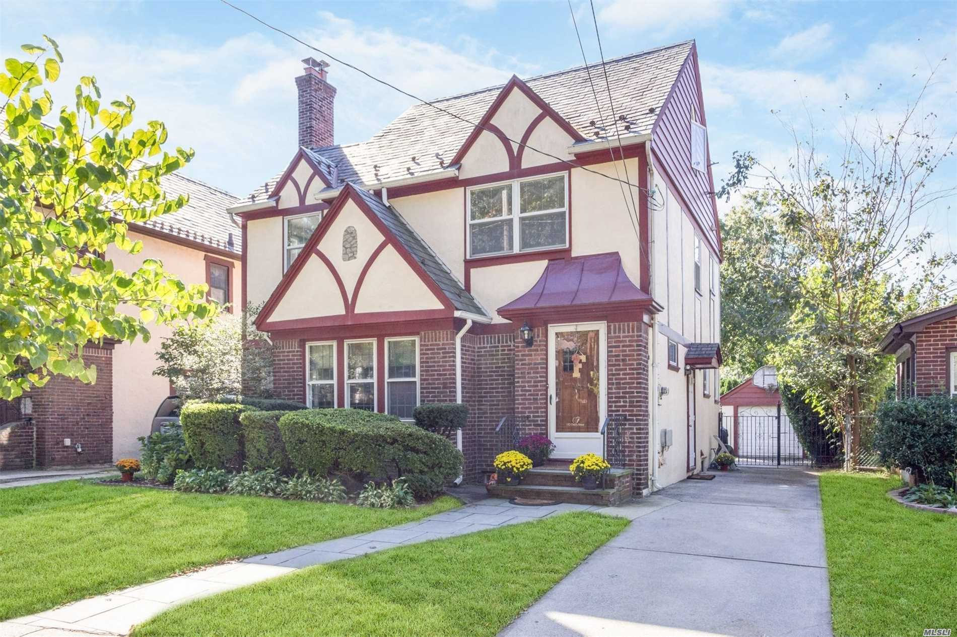 Photo of home for sale at 132 Cherry St, Floral Park NY