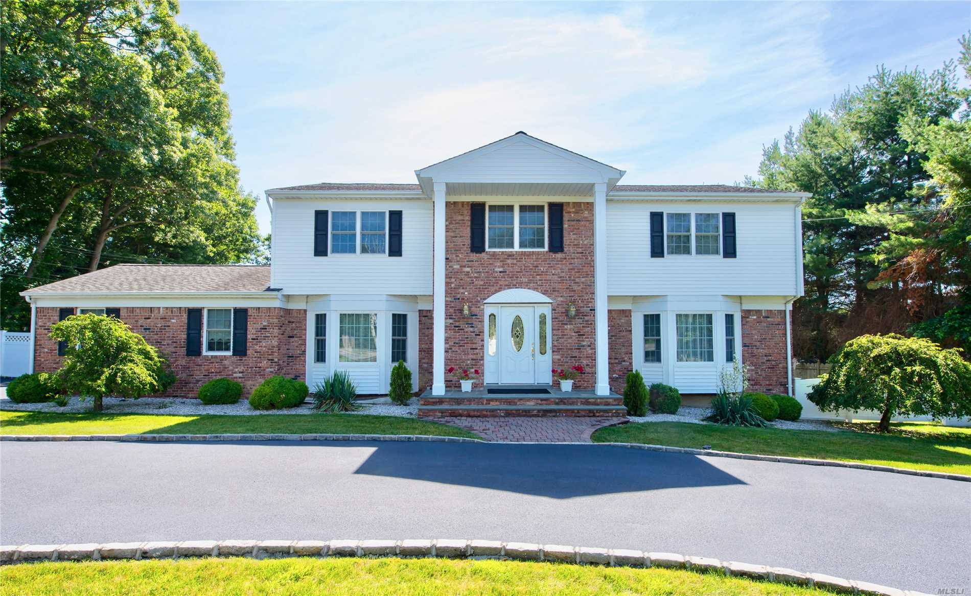 Photo of home for sale at 10 Vanderbilt Pky, Dix Hills NY