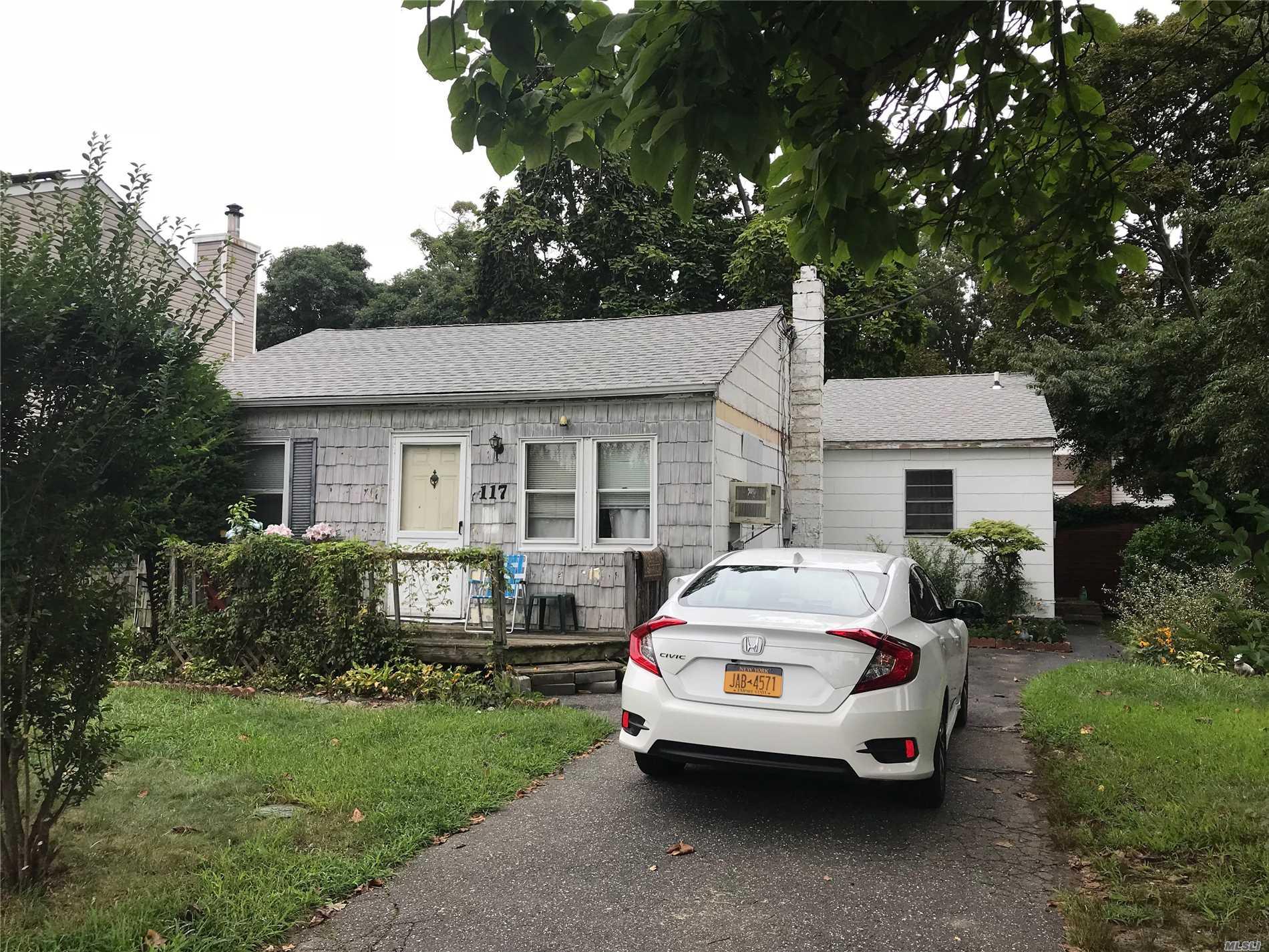 Photo of home for sale at 117 Cherubina Ln, North Babylon NY
