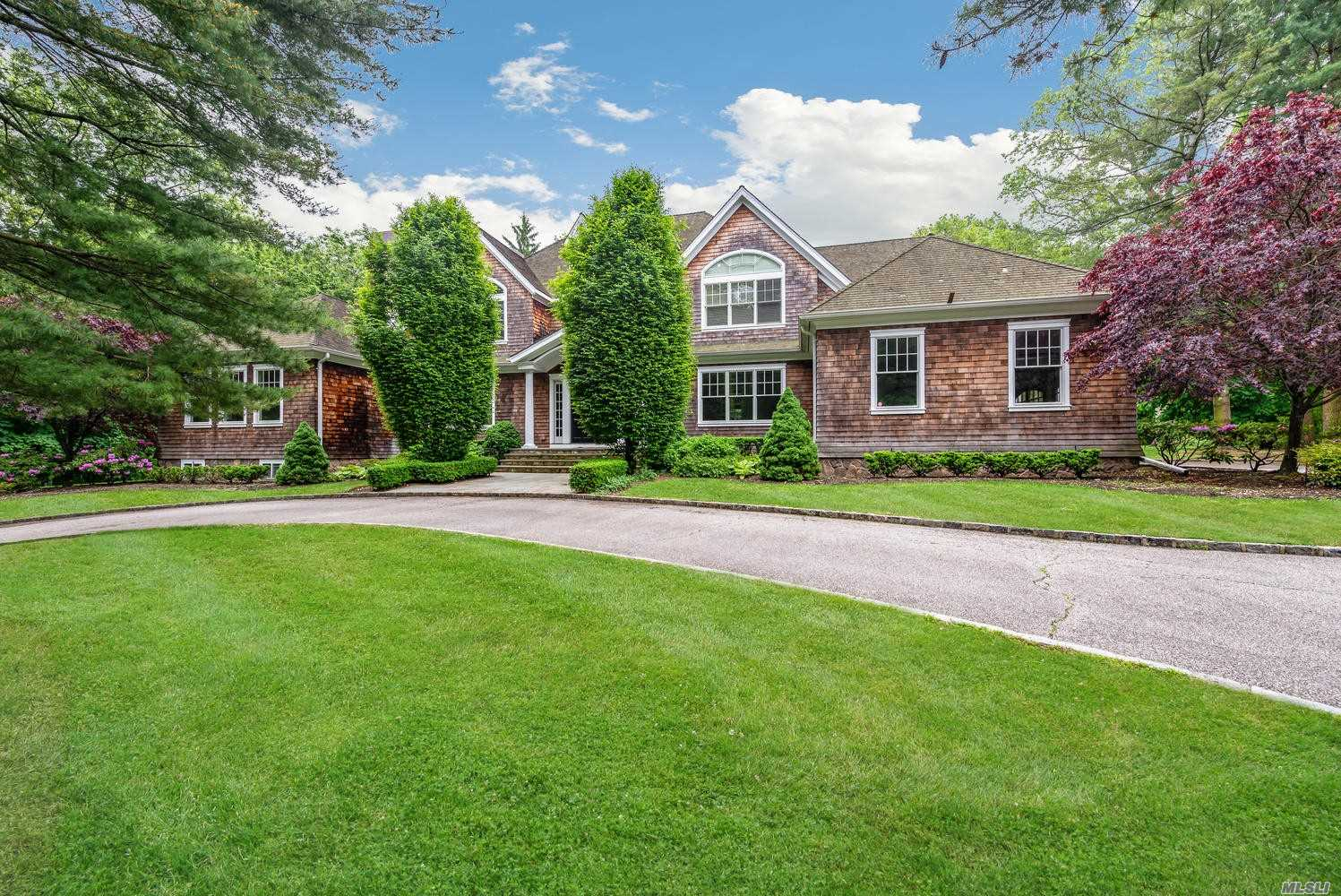 Photo of home for sale at 39 School Ln, Lloyd Harbor NY