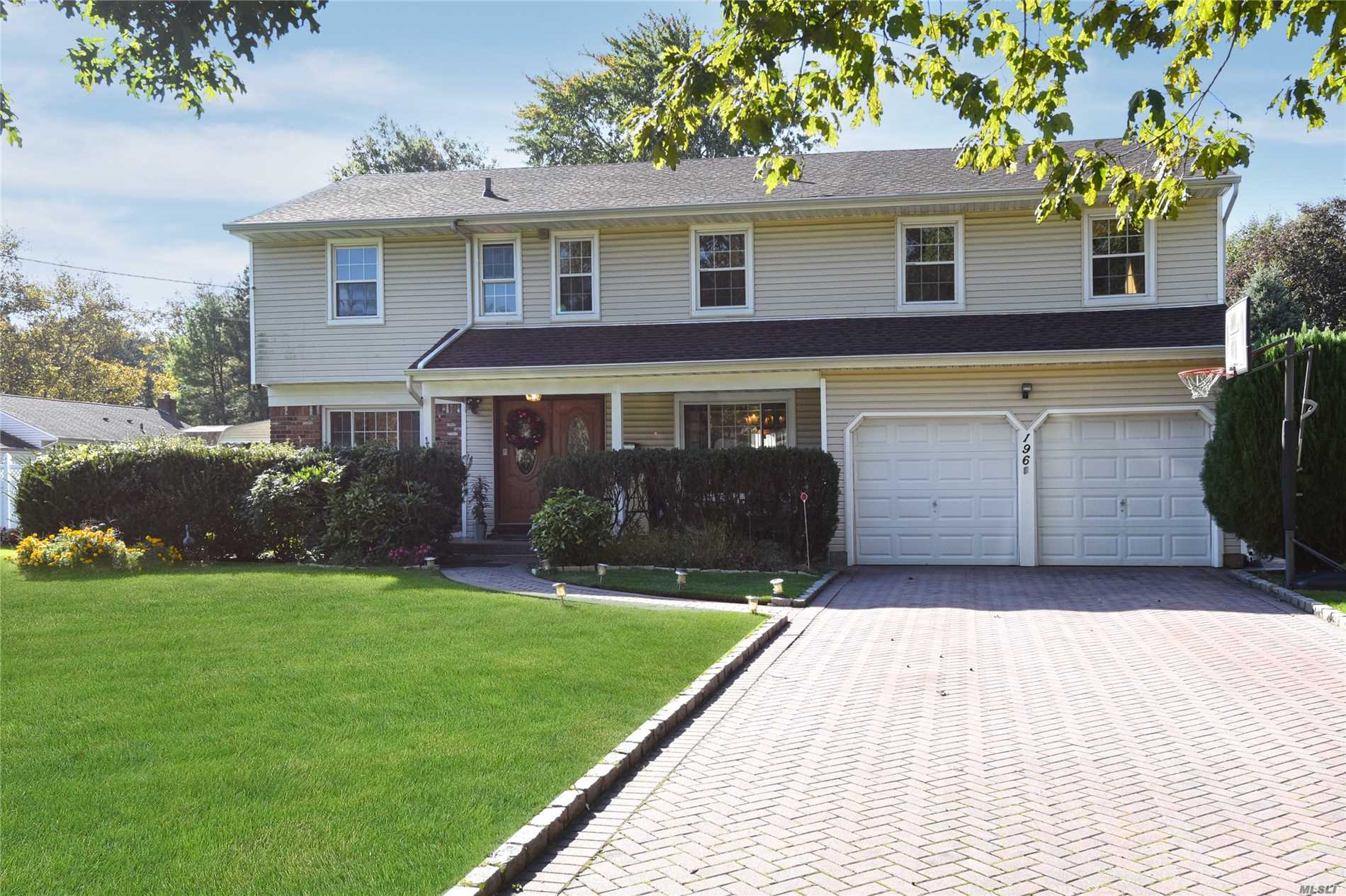 Photo of home for sale at 196 Syosset Woodbury Rd, Syosset NY