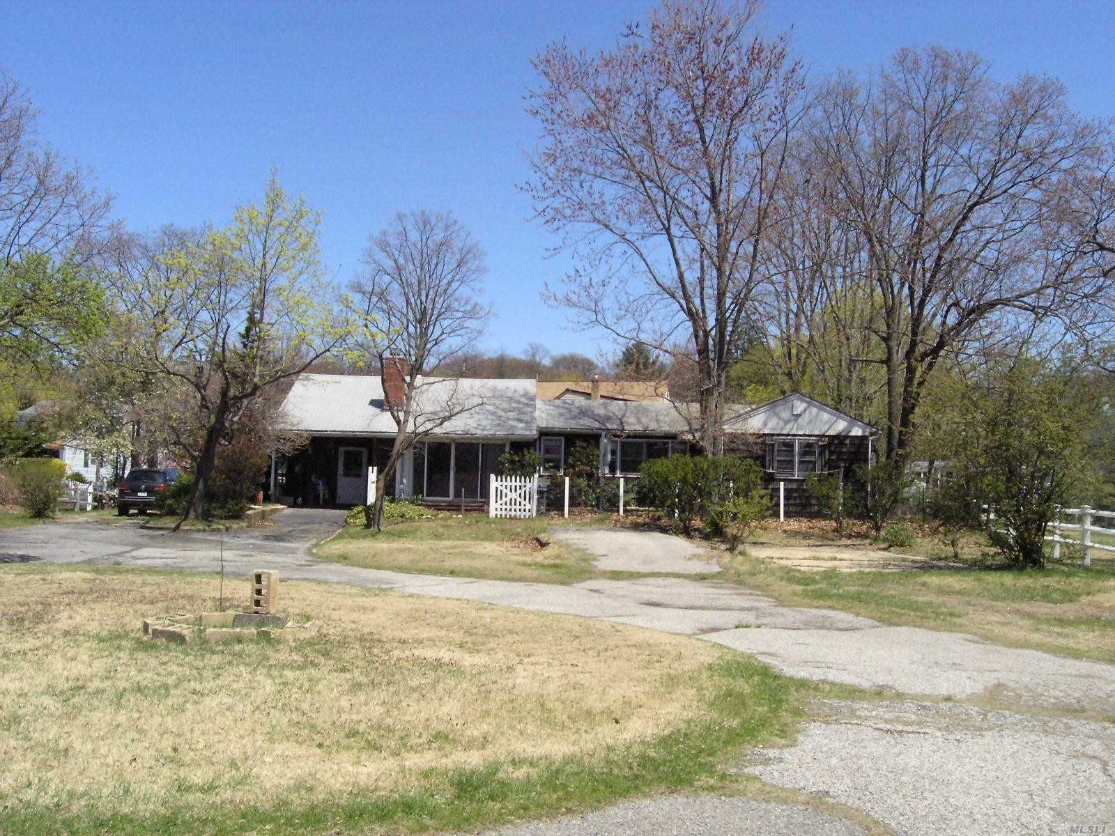 Photo of home for sale at 14 Shore Dr, Bayville NY
