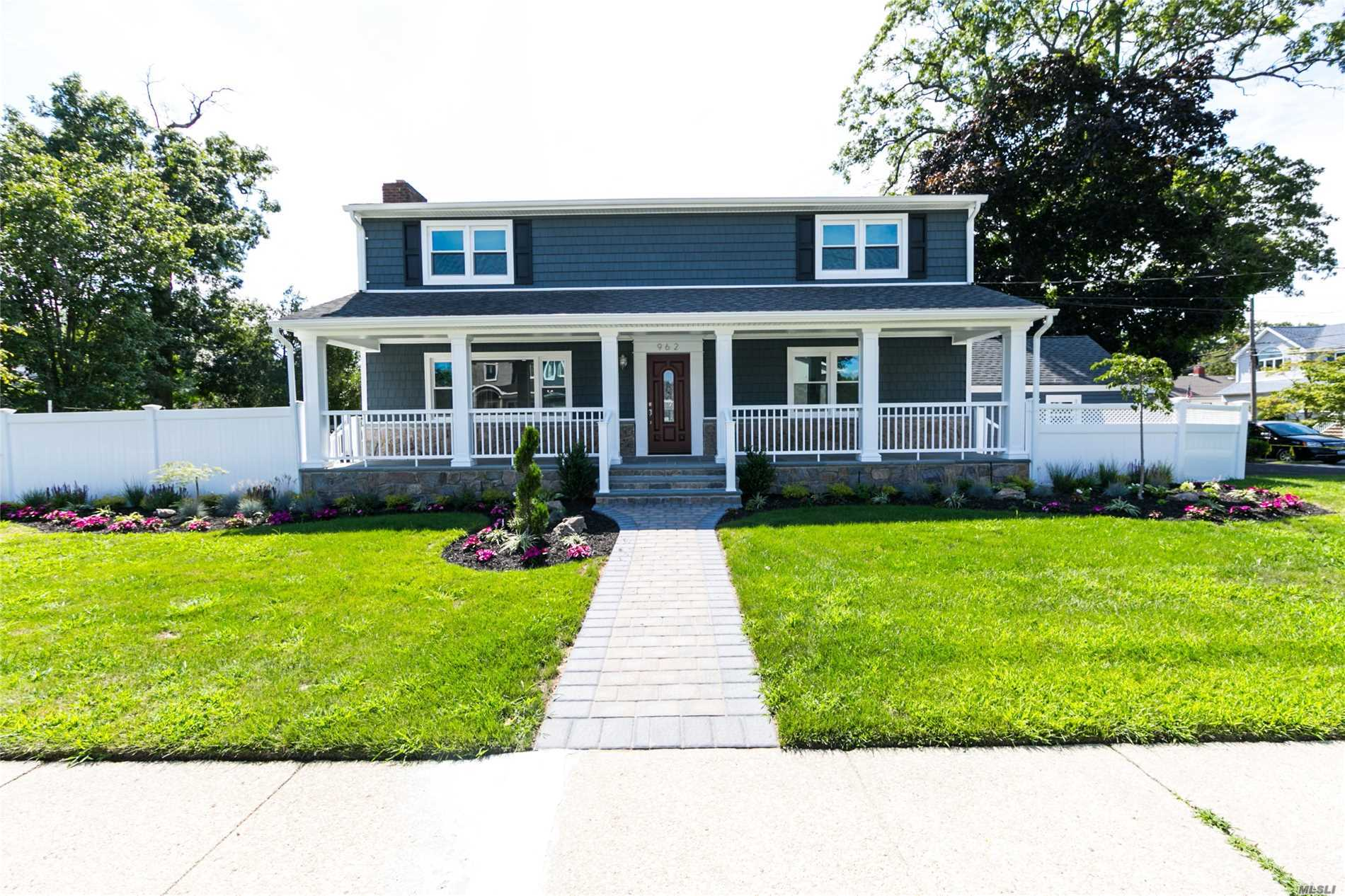 Photo of home for sale at 962 Washington Ave, North Bellmore NY