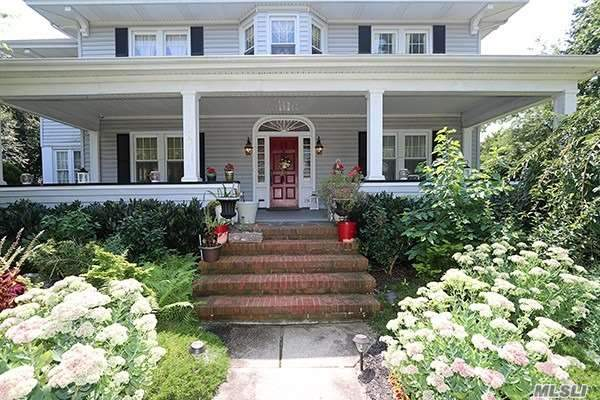 Photo of home for sale at 134 Shellbank Pl, Rockville Centre NY