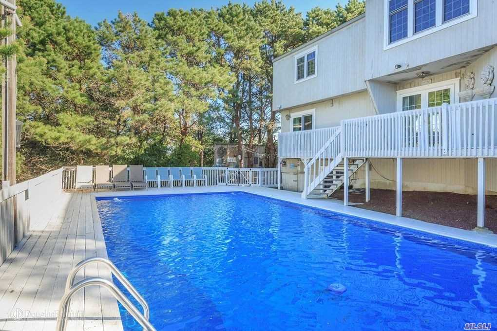 Photo of home for sale at 85 Blackwatch, Southampton NY