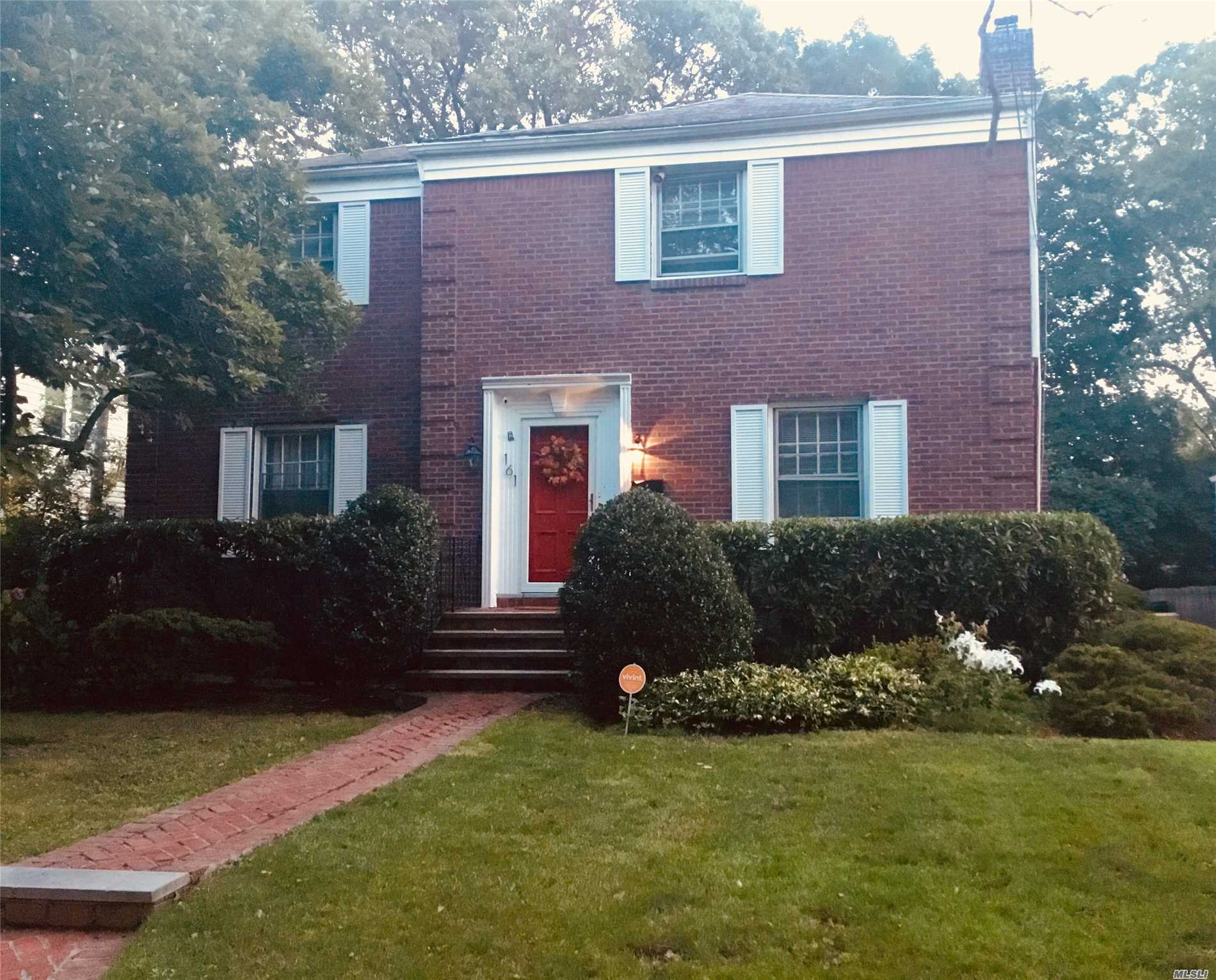 Photo of home for sale at 161 Midgely Dr, Hewlett NY