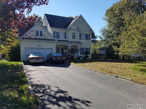 Photo of home for sale at 82 Baybright Dr, Shirley NY