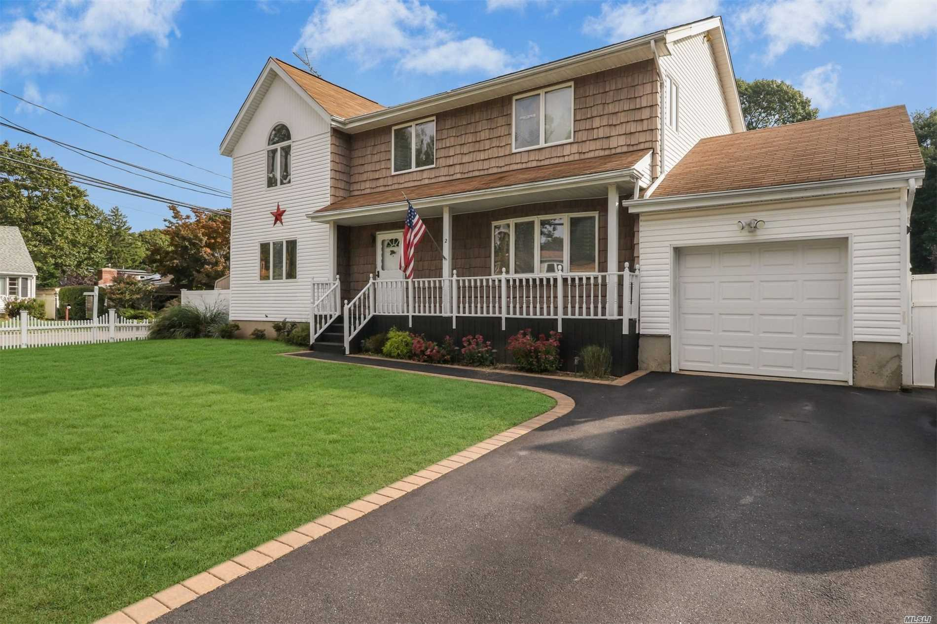 Photo of home for sale at 2 Fleetwood Ave, Melville NY