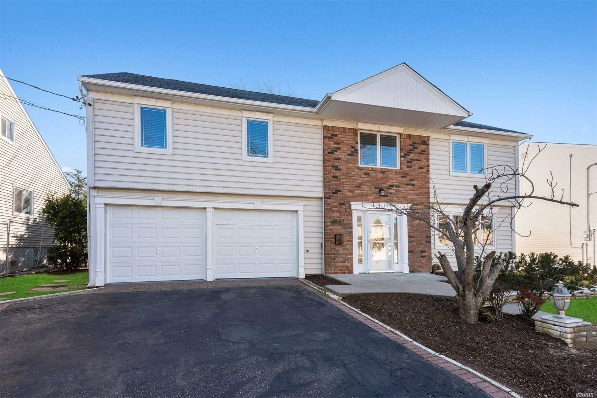 Photo of home for sale at 3857 Sally Ln, Oceanside NY