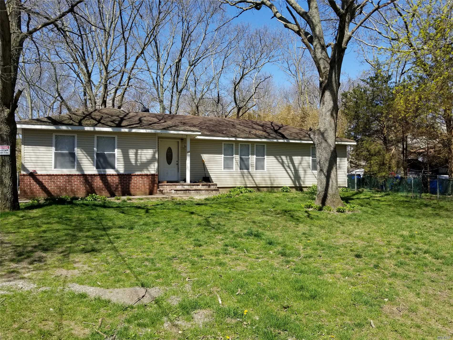Photo of home for sale at 10 Dourland Rd, Medford NY