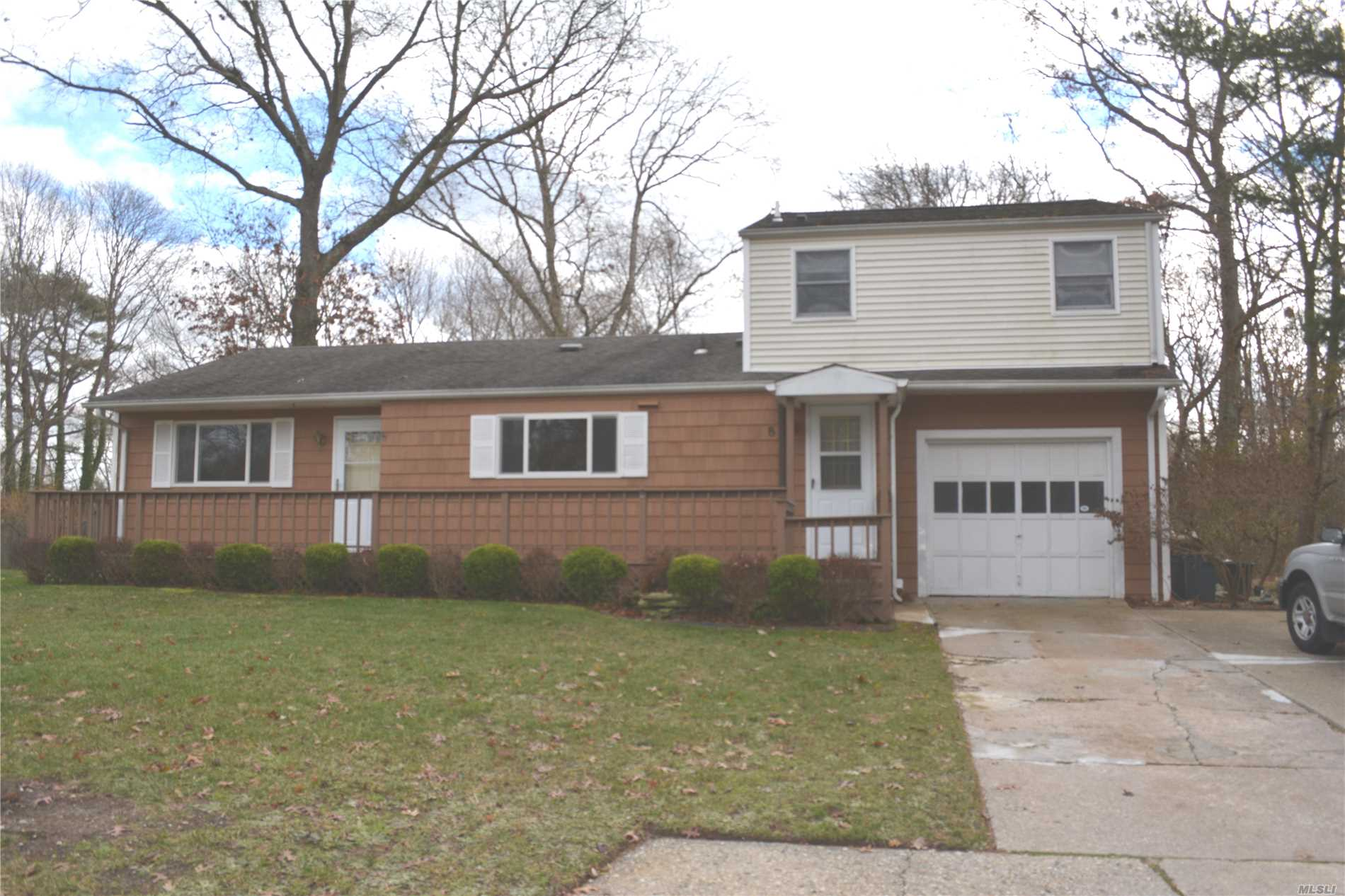 Photo of home for sale at 8 Barrow Pl, Blue Point NY