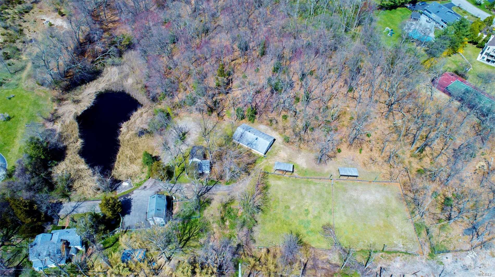 Photo of home for sale at 6 Whitney Ln, Woodbury NY