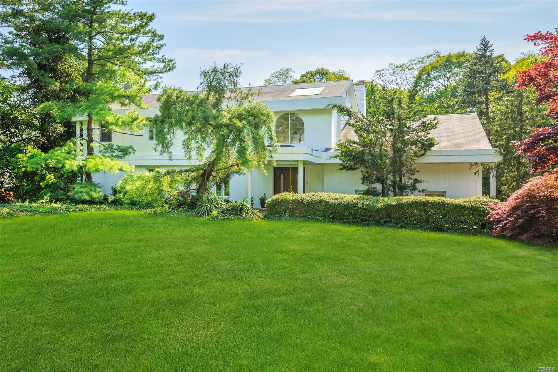 Photo of home for sale at 35 Thorngrove Ln, Dix Hills NY
