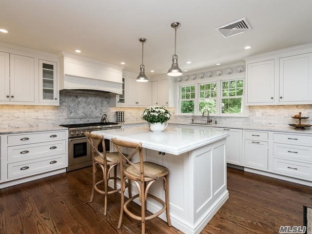 Photo of home for sale at 203 Sunset Rd, Oyster Bay Cove NY