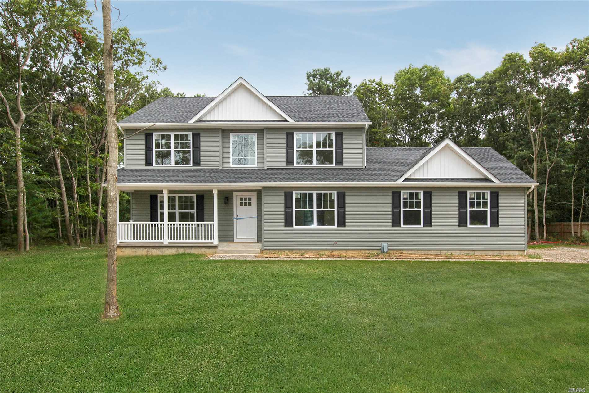 Photo of home for sale at 230 Expressway Dr N, Medford NY