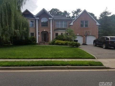 Photo of home for sale at 14 Pasture Ln, Roslyn Heights NY