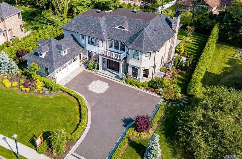 Photo of home for sale at 28 Clover Ln, Roslyn Heights NY
